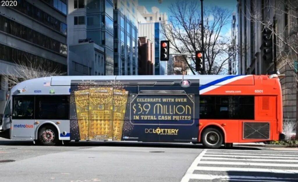affichage ooh sur un bus pour les jeux de loterie aux USA