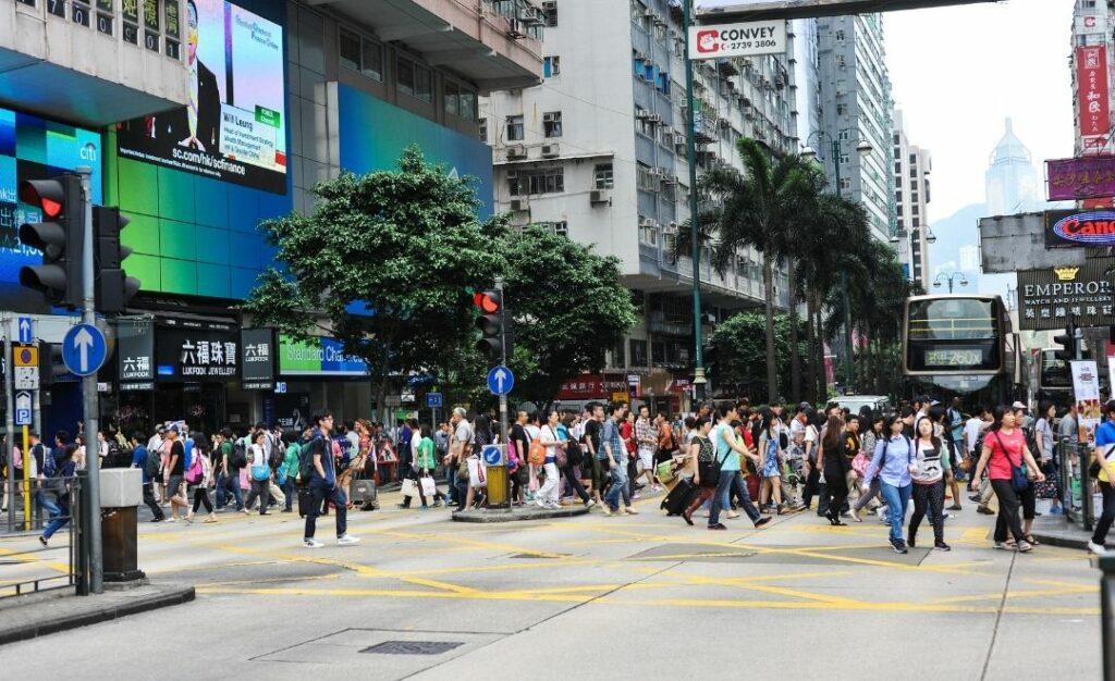 rue peuplée à Hong Kong avec écran